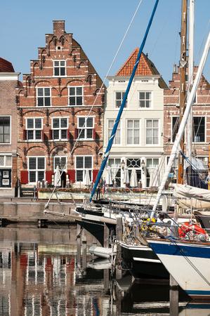 literas: VA, PAÍSES BAJOS - JUN 9, 2005: Yates en el puerto de la ciudad y Kleine Kade con casas antiguas en la ciudad de Goes en Zelanda, Países Bajos Editorial