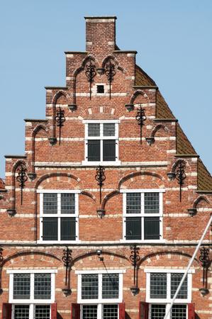 literas: Detalle de la fachada de la casa histórica en Kleine Kade en la antigua ciudad de Goes en Zelanda, Países Bajos