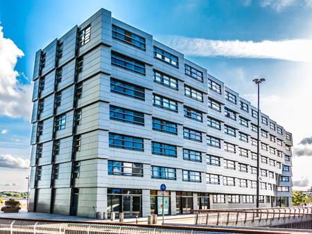 Almere, Flevoland, PAÍSES BAJOS - 24 de agosto de 2014: edificio de apartamentos residencial La Ola en el centro de Almere-City, cerca de Amsterdam, Países Bajos