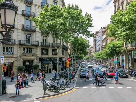 Barcelona streetscene - crossing Carrer de Valencia and Passeig de Gracia, Spain 報道画像