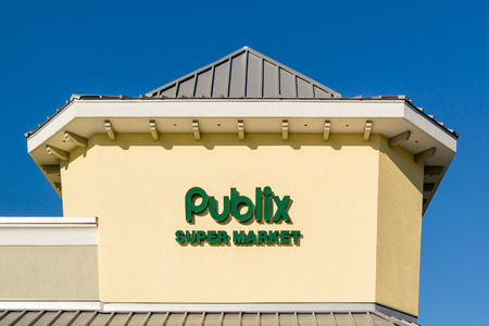 myers: FORT MYERS, USA - DEC 11, 2015: Brand name and logo of Publix supermarket chain on rooftop of store in Fort Myers, Florida, USA Editorial