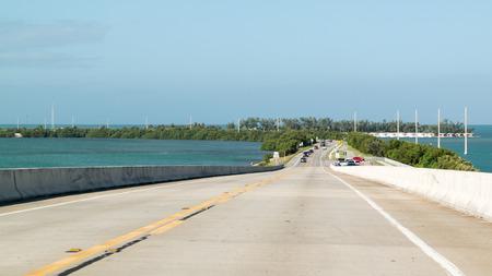 Verkeer op Overseas Highway US 1 en Long Key, Florida Keys, Verenigde Staten