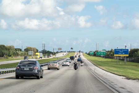 Verkeer met auto's en motorfietsen op de snelweg in Zuid-Florida, Verenigde Staten Redactioneel