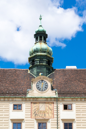 reloj de sol: Top fachada de Amalienburg con la cúpula de la torre, el reloj y el reloj de sol, parte del Palacio Imperial de Hofburg en In der Burg plaza en Viena, Austria Editorial