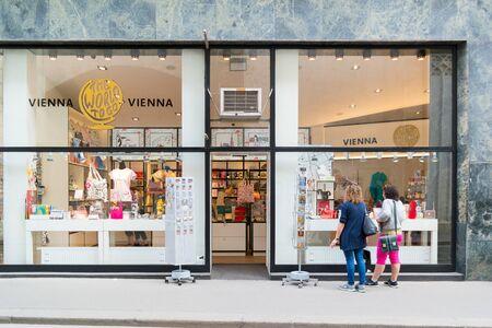 Les gens devant une boutique de souvenirs sur la rue Augustiner en centre-ville de Vienne, en Autriche