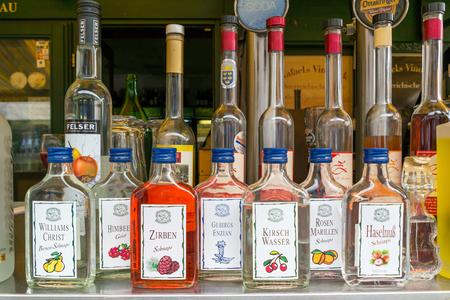 Flaschen mit Schnaps für den Verkauf im Markt stehen auf dem Naschmarkt in Wien, Österreich Editorial