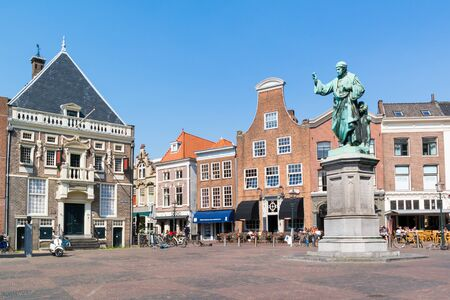 guard house: Grote Markt market square with Hoofdwacht, main guard house, and statue of Laurens Coster in Haarlem, Holland, Netherlands