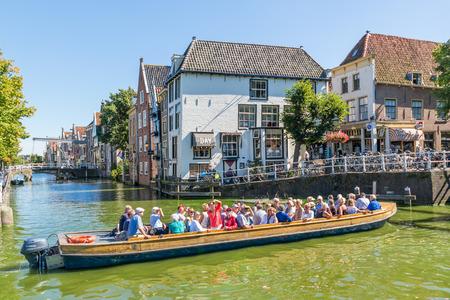 Toeristen bezoeken van bezienswaardigheden in de boot op Zijdam kanaal in Alkmaar, Noord-Holland, Nederland