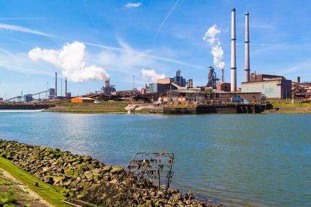 Ocelářství průmyslu a Severního moře kanál v IJmuiden v blízkosti Amsterdam v Nizozemí