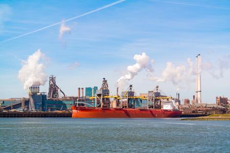 Závod ocelářského průmyslu a kanálu Severního moře v přístavu IJmuiden nedaleko Amsterdamu v Nizozemsku