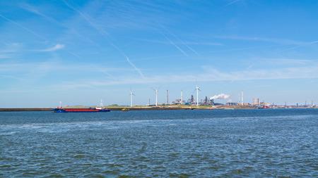 North Sea Canal a ocelářský průmysl závod v přístavním IJmuiden v blízkosti Amsterdam, Nizozemí