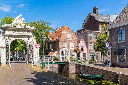 Brama Doelenpoort na kanale Doelengracht w starym mieście Leiden, Holandia Południowa, Holandia Publikacyjne