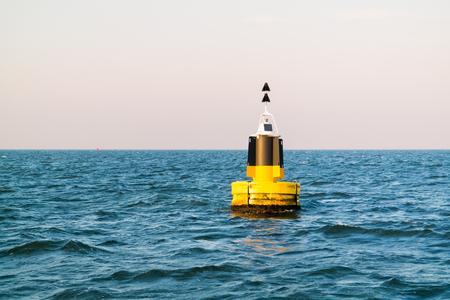 Noordelijke kardinaalmarkering drijvend op de Noordzee voor de Nederlandse westkust bij Den Helder, Nederland Stockfoto