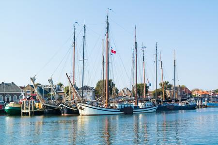Terschelling, Niederlande - 12. September 2016: Traditionelle Segelschiffe der braunen Flotte im Hafen auf Wadden Meer Insel Standard-Bild - 76378976