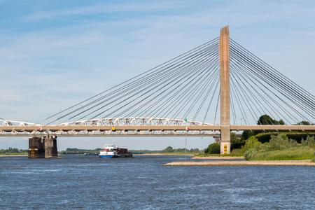 Panorama van Martinus Nijhoffbrug en Waal in de buurt van Zaltbommel, Gelderland, Nederland