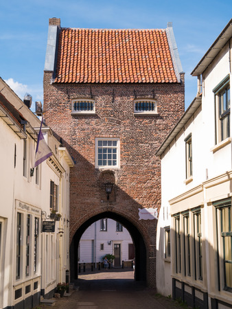 WOUDRICHEM, NETHERLANDS - JUN 4, 2017: City gate Gevangenpoort in old town of fortified city Woudrichem, Brabant, Netherlands 報道画像