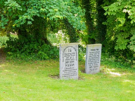 Twee graven met grafzerken op joodse begraafplaats in de oude stad van Wijk bij Duurstede in provincie Utrecht, Nederland Stockfoto - 81328736