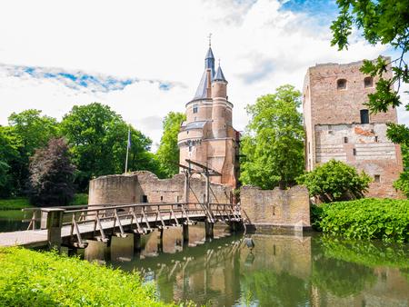 Duurstedekasteel met donjon, Bourgondische toren en brug over gracht in Wijk bij Duurstede in provincie Utrecht, Nederland Stockfoto - 81252518