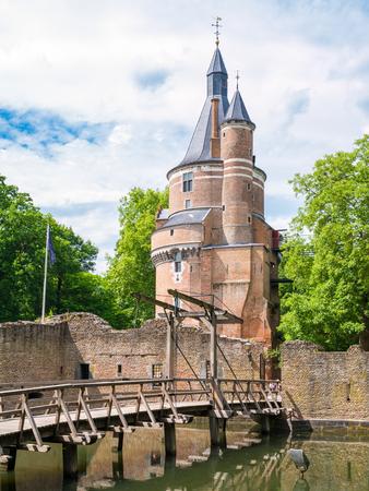 Brug over gracht en Bourgondische toren van kasteel Duurstede in Wijk bij Duurstede in provincie Utrecht, Nederland Stockfoto - 81252519