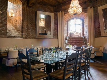 WIJK BIJ DUURSTEDE, NEDERLAND - 11 juni 2017: Gelegde eettafels in torenkamer van Bourgondische toren van kasteel Duurstede in Wijk bij Duurstede in provincie Utrecht, Nederland Stockfoto - 81825723