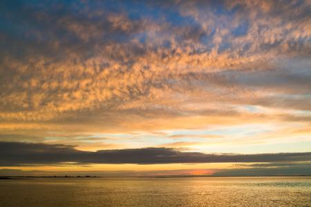 Panorama van Waddensea met kustlijnen van eiland Texel en Den Helder bij zonsondergang, Noord-Holland, Nederland Stockfoto