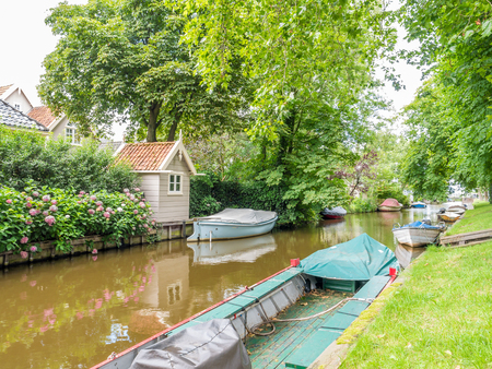 Dee canal with boats in old village of Broek in Waterland north of Amsterdam, Noord-Holland, Netherlands Stockfoto