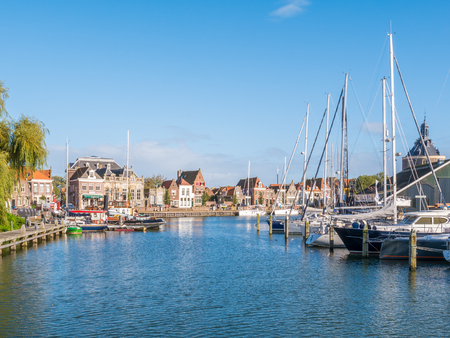 Boote im alten Hafen der Stadt Enkhuizen, Nordholland, Niederlande Standard-Bild