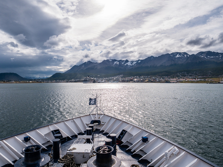 Skyline of Ushuaia from bow of cruiseship sailing on Beagle Channel, Terra del Fuego, Patagonia, Argentina Redactioneel
