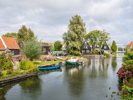 Old shipyard and houses along canal in Edam, Noord-Holland, Netherlands Stockfoto