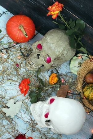 Halloween composition made of imitation skull, pumpkins, roses Banque d'images - 132120263