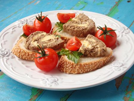 albondigas: pastel de carne con mantequilla y tomates