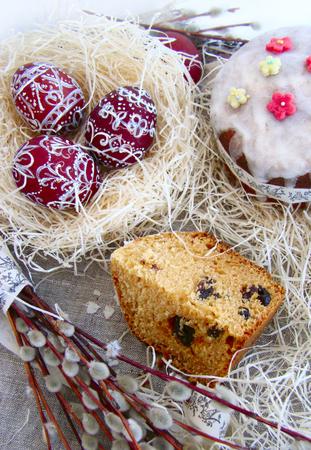 frutos secos: Pascua pastel con pasas y frutos secos, huevos de pascua Foto de archivo