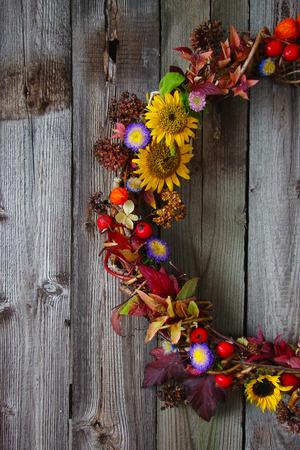 flores secas: guirnalda del otoño con flores frescas, flores secas, bayas