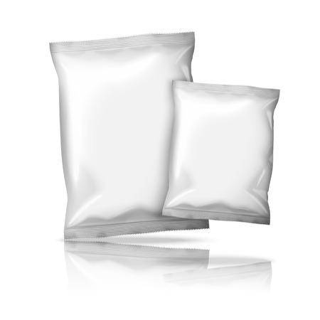 kunststoff: Zwei Größen der leere weiße Folie Snack Packs isoliert auf weißem Hintergrund