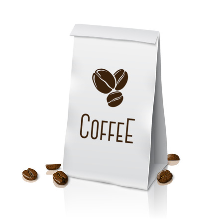 koffiebaal: Blank white paper packaging coffee bag with coffee sign and coffee beans
