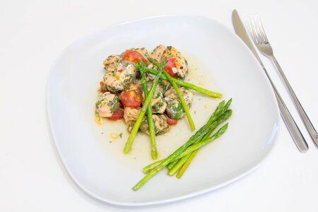 Salmón al horno con tomate, alcaparras y espárragos