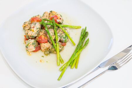 alcaparras: Salmon baked with tomato, capers and asparagus