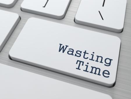 gestion del tiempo: Wasting Time bot�n en el teclado de ordenador moderna con Partners palabra en ella