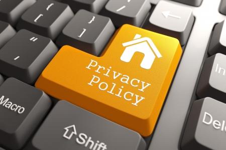 개인 정보 보호: 컴퓨터 키보드의 홈 아이콘 오렌지 개인 정보 보호 정책 버튼. 인터넷 개념입니다. 3D 렌더링.
