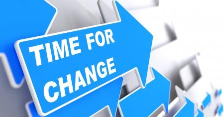 変更のための時間です。ビジネス コンセプトです。青い矢印は、灰色の背景に「変化の時間」のスローガン。3 D のレンダリング。