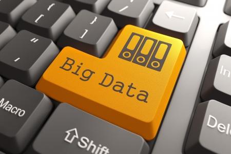 コンピューターのキーボード上のオレンジ色の大きなデータ ボタン。情報概念。