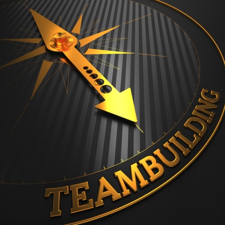 """kompas: Teambuilding - obchodní pozadí. Zlatý kompas Jehla na ukazovacím černém poli na """"Teambuilding"""" Word. 3d render. Reklamní fotografie"""