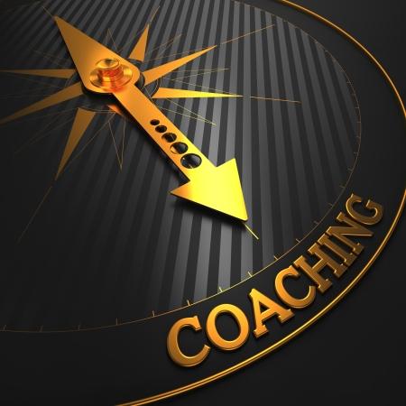 """aide � la personne: Coaching - Business Background. Golden Compass aiguille sur un champ noir pointant vers le mot """"Coaching"""". Rendu 3D."""