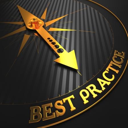 """Best Practice - Zakelijke Achtergrond. Golden Compass Naald op een Zwarte Veld Wijzend naar het Woord """"Best Practice"""". 3D Render."""