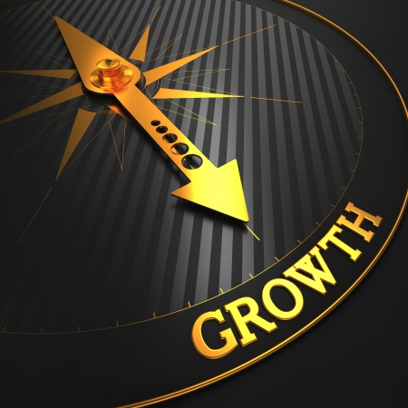 """in aumento: Crecimiento - Fondo del asunto. Oro aguja de la brújula en un campo Negro apuntando a la palabra """"crecimiento"""". Render 3D."""
