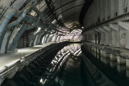 steine im wasser: U-Bahn-Tunnel mit Wasser f�r den Durchgang und Reparatur-U-Boote. Lizenzfreie Bilder
