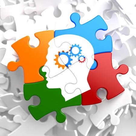 Psychologisch Concept - Profiel van Head met tandrad Gear Mechanism ligt op Veelkleurige Puzzle. Stockfoto