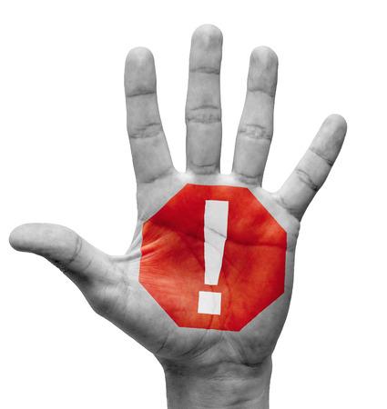 note of exclamation: Signo de exclamaci�n - Alzar la mano con la se�al de stop en el Palm pintado - aislada sobre fondo blanco. Foto de archivo