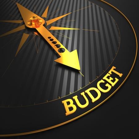 """compromisos: Presupuesto - Concepto de negocio. Oro aguja de la br�jula en un campo Negro apuntando a la palabra """"presupuesto""""."""