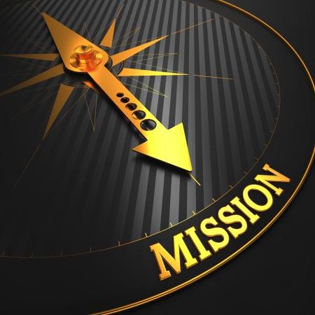 """proposito: Misión - Concepto de negocio. Oro aguja de la brújula en un campo Negro apuntando a la palabra """"misión""""."""